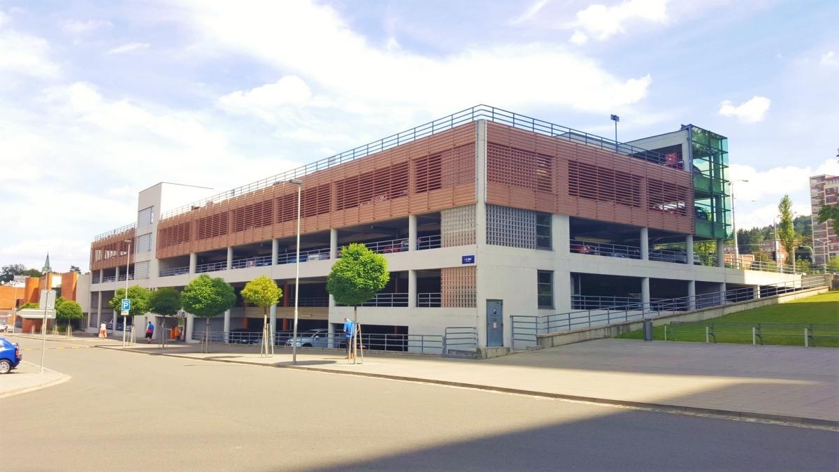 """Parkovací dům krajského úřadu ve Zlíně, který sídlí v budově Baťova mrakodrapu, tzv. """"21"""""""