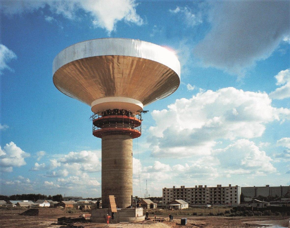 Vodojem a vodovodní infrastruktura v kazachstánském městě Aksaj