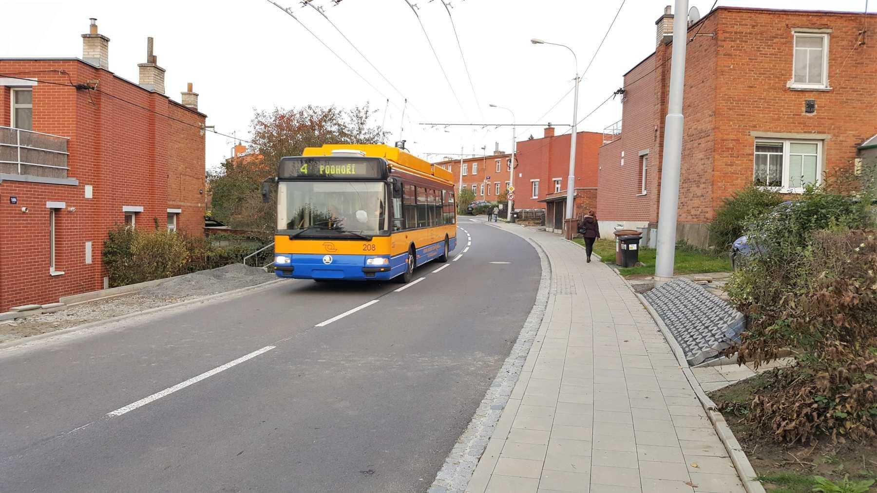 Rozsáhlá rekonstrukce páteřní ulice baťovskou čtvrtí Mostní je u konce